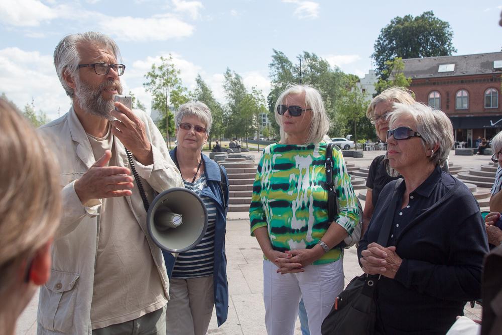 Arkitekt Thomas Birket-Smith guider medlemmer af Ældre Sagen rundt på Aalborg havnefront og fortæller om de tanker, arkitekterne har gjort sig for at forvandle et råt havneområde til boliger og rekreative områder for alle. Foto: Jan Høst-Aaris