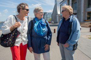 Medlemmer af Ældresagen på Aalborgs havnefront. Det er Lisbet Boas Therkildsen, Lis Sennenvald og Elsebeth Brander, der står bag det spændende program i Aalborg. Foto: Jan Høst-Aaris