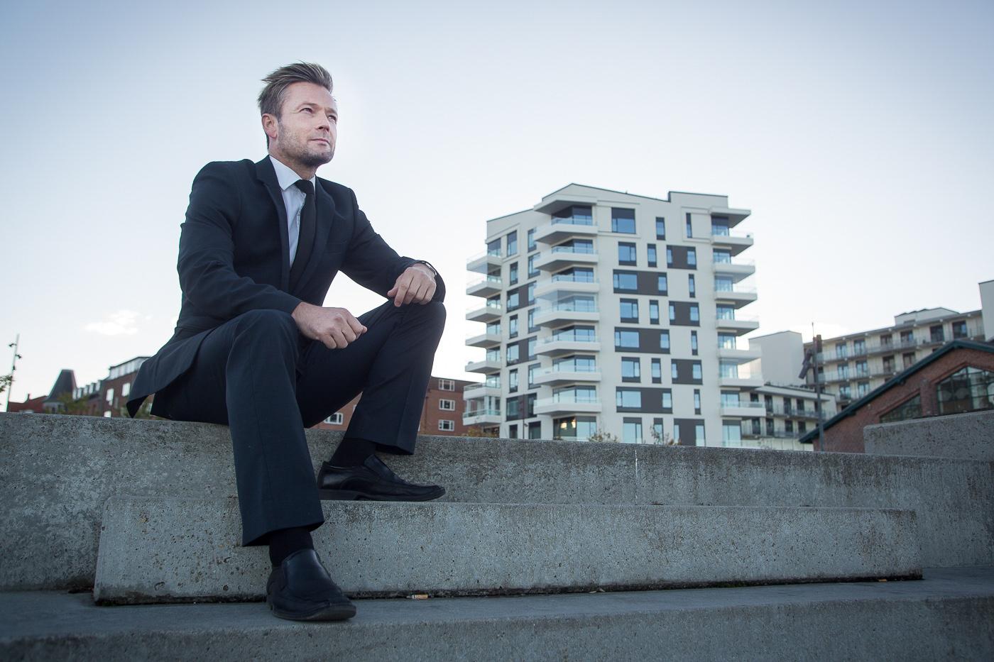 Martin Jensen, jurist ved SKAT i Aalborg, købte en projektbolig i byggeriet Plaza, der ligger ved havnefronten i Aalborg. Lejligheden er på 131 kvm + 50 kvm terrasse. Martin Jensen var på udkig i fem år og så på 20 lejligheder før han fandt sin drømmelejlighed. Foto: Jan Høst-Aaris