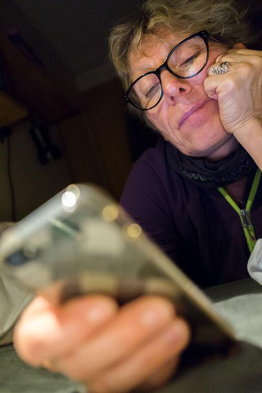 Winni Jørgensen bruger sin smartphone til at surfe på internettet og besøge websites, bl.a. webshops for at købe ting. Foto: Jan Høst-Aaris / Sipureco, 26. januar 2014