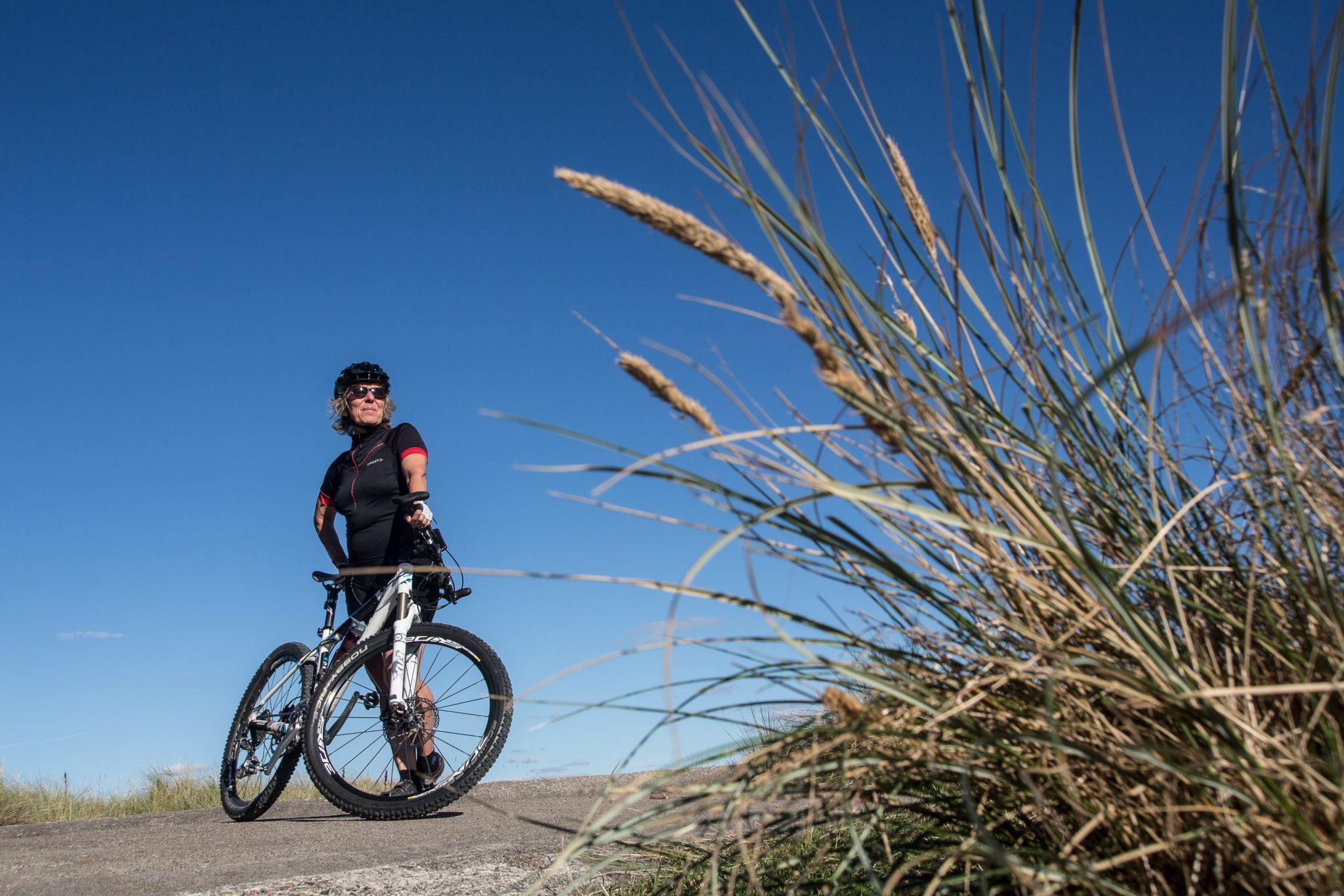 Fotograf Jan Høst-Aaris fra Vodskov i Aalborg kommune har taget et billede af mountainbiker Winni Jørgensen og bruger billedet til et mini fotokursus med tre fotoøvelser på den blog Sipureco PR & kommunikation har på internettet.