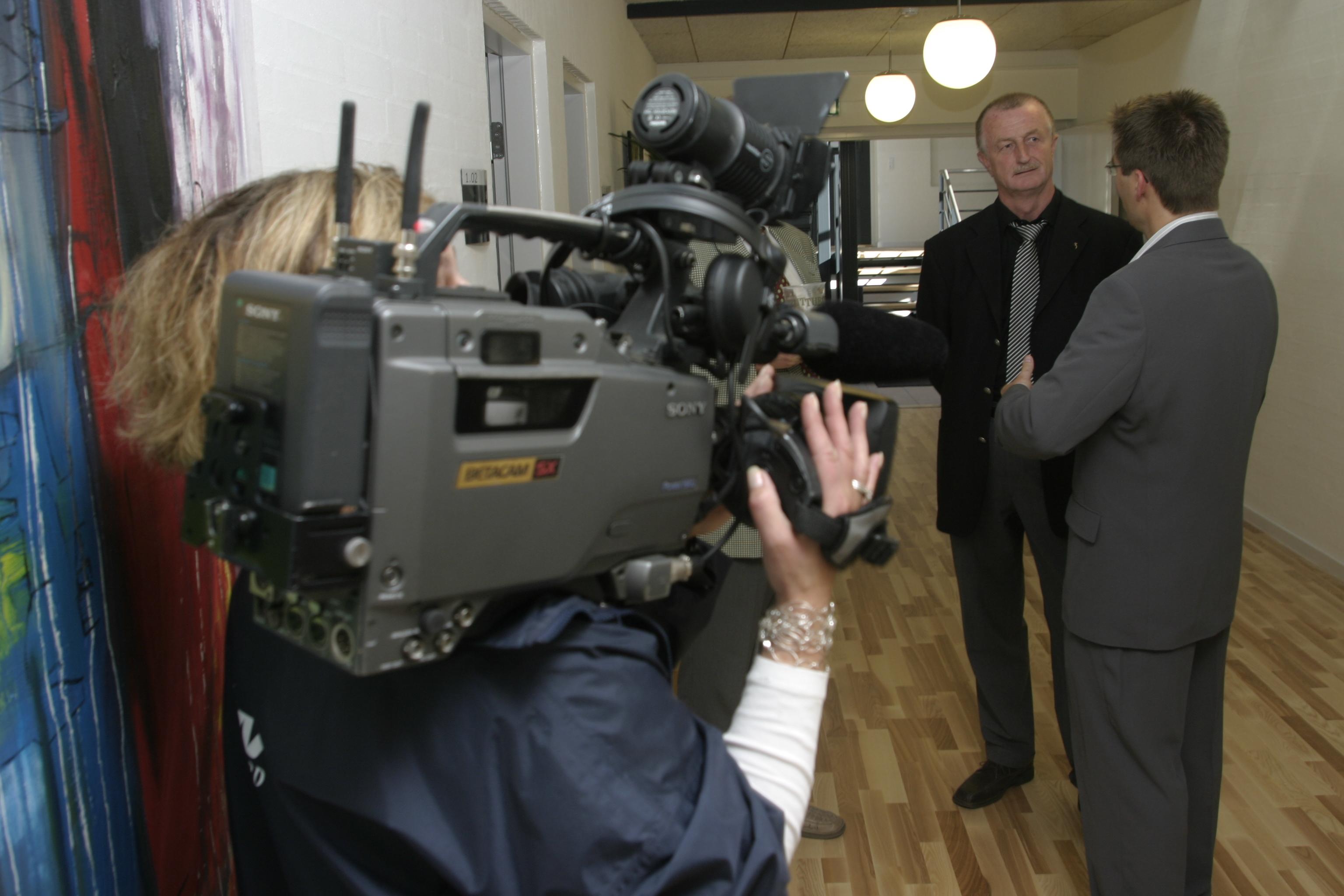 TV fotograf med stort Betacam kamera pŒ sin skulder er ved at optage Lars Larsen og Jacob Boye-M¿ller under indvielsen af V¾kstcenter Vesthimmerland i Fars¿ i Himmerland. © Jan H¿st-Aaris/Signifikant, 7/10-2005
