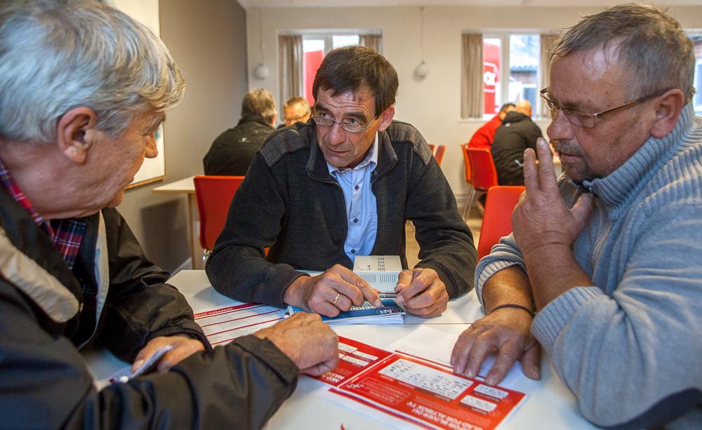 Informations- og salgsmødet på Gettrup Skole om Thy-Mors Energi's fibernet og Altibox's internet, telefoni og tv-løsninger blev et større tilløbsstykke for interesserede. De kom for at få mere at vide om fibernettet og vælge en af Altibox op-koblinger til Thy-Mors fibernet. Poul Løjstrup, Bjarne Søndergaard og Niels Munk drøfter hvilken løsning, der er bedst. Foto: Jan Høst-Aaris