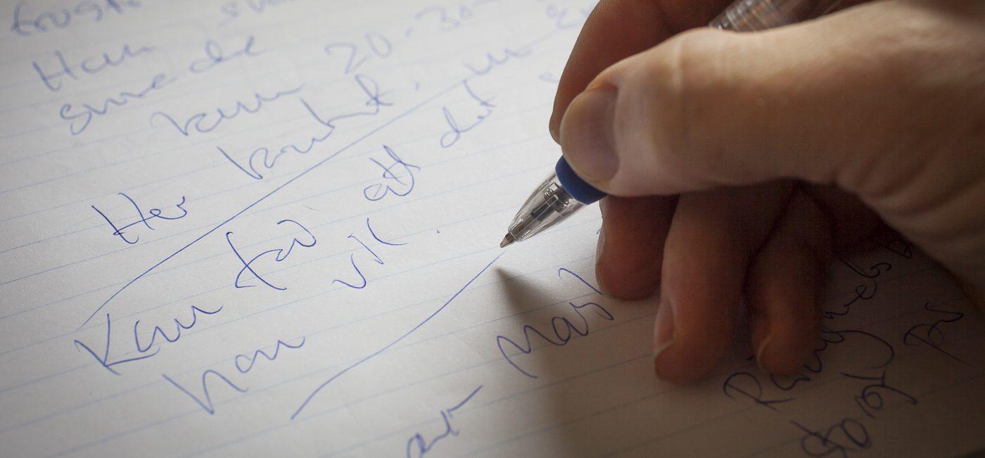 Notater fra et journalistisk interview skrevet med kuglepen på en blok papir. Foto: Jan Høst-Aaris