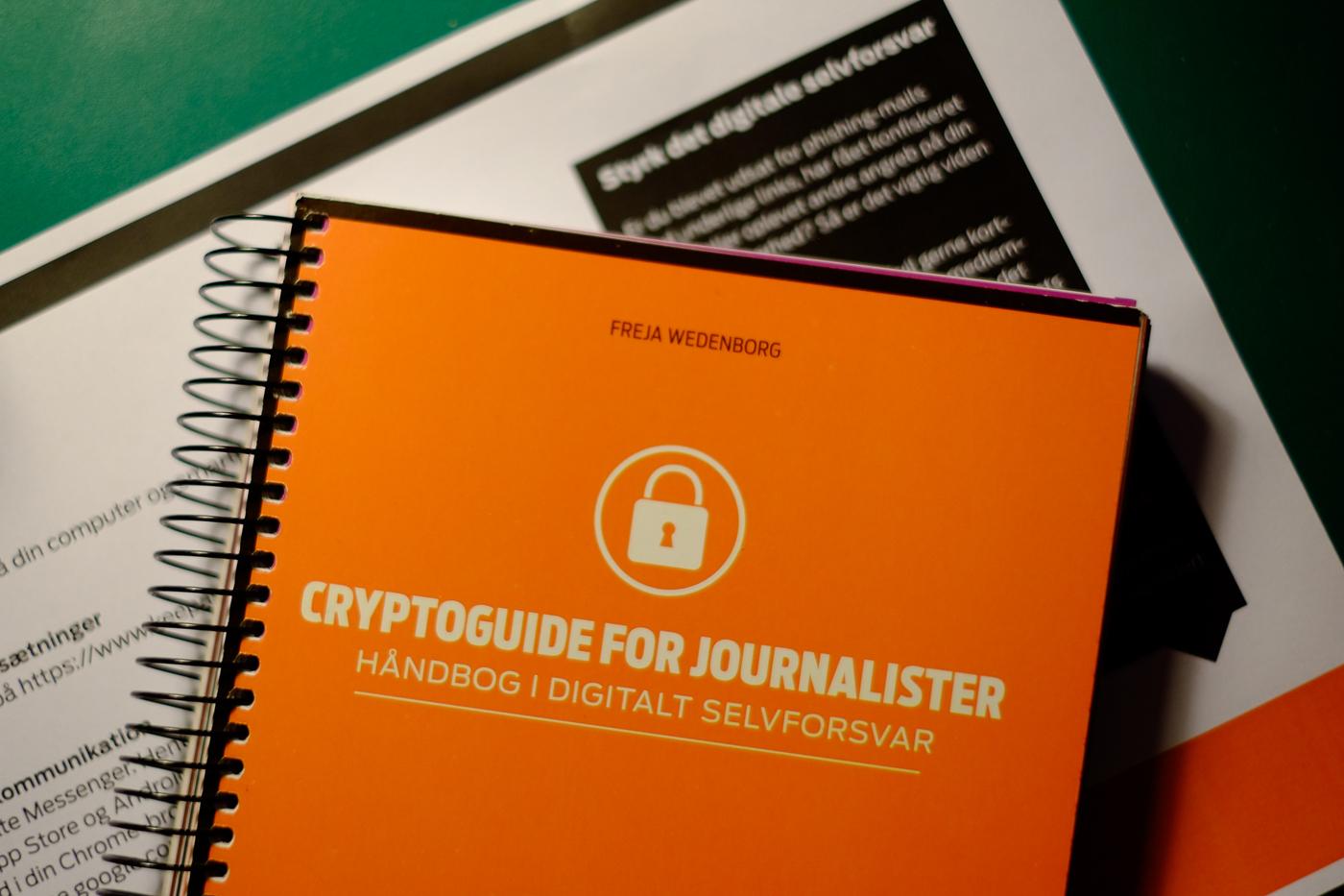 Bog og handouts fra lynkursus i digitalt selvforsvar for journalister. Foto: Jan Høst-Aaris/Sipureco