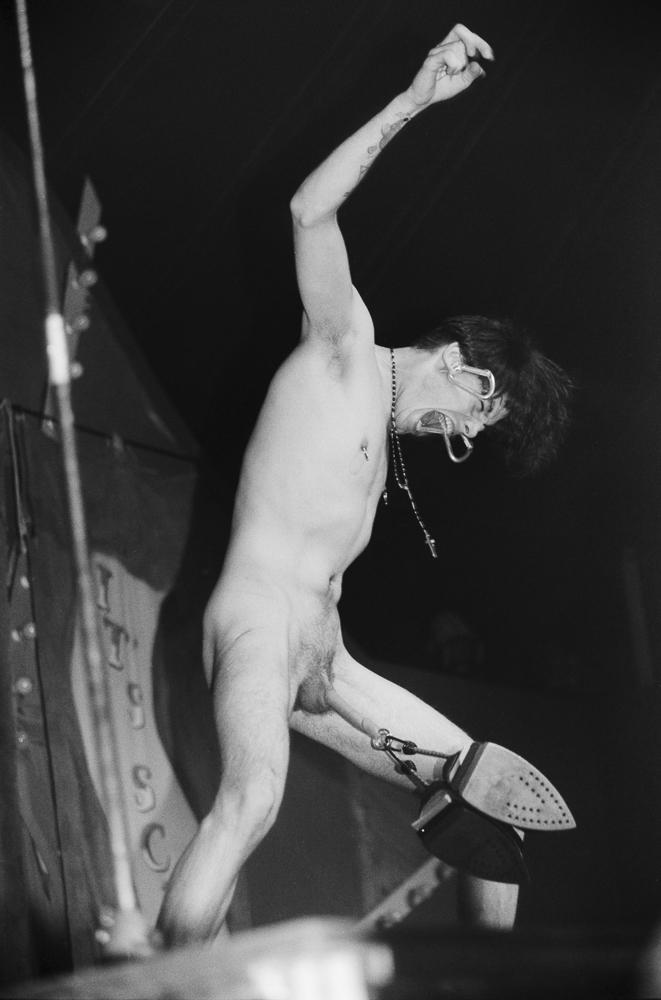 Mr. Lifto løfter strygejern i pikken på Roskilde Festival 1993