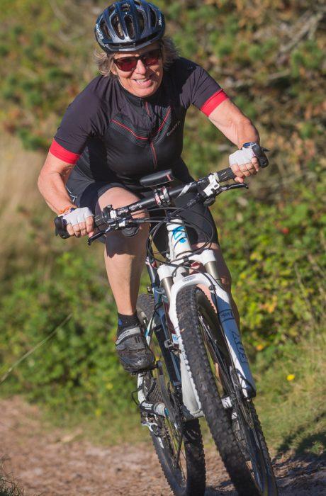 Winni Jørgensen på mountainbike kæmper sig gennem klitterne ved Vesterhavet